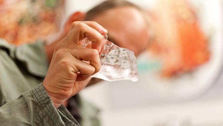 Mách bạn cách nhận biết nước đá tinh khiết cực dễ